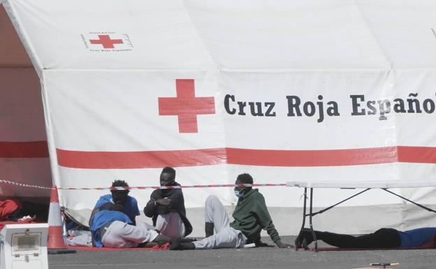 Imagen de archivo de inmigrantes llegados en patera sinedo atendidos por Cruz Roja en Arguineguín, Gran Canaria/. EFE
