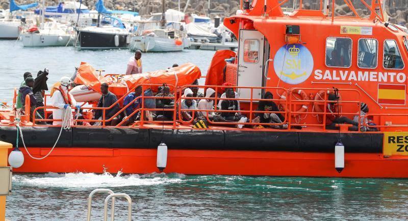 Rescatar un bote de goma con 57 migrantes flotantes