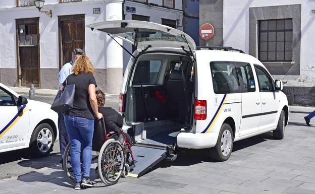 Una persona sube a un taxi adaptado en Vegueta.